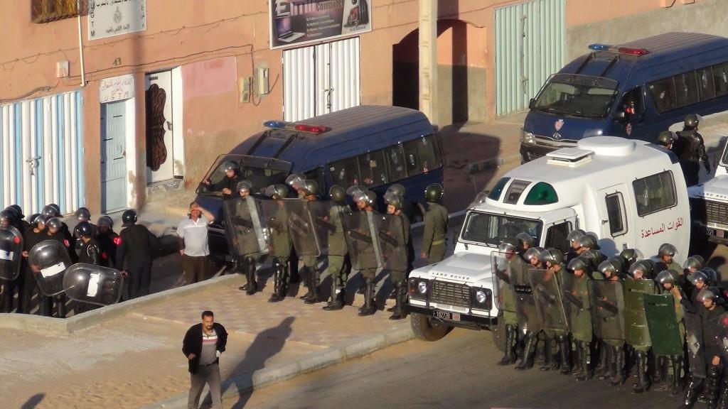 Poliser mot fredlig demonstration i El Auiún maj 2013. Foto: Anonym