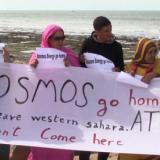 Västsaharier i ockuperat område protesterar på stranden.