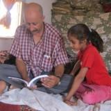 Pappa Rubio läser högt för sina barn om strutspojken Hadara.