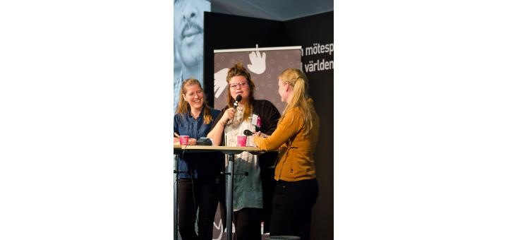 Kakan Hermansson och Julia Finér intervjuades av Kristin Ivarsson. Bild: Emmaus Björkå